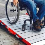 verrijdbare-oprijplaat-in-gebruik-door-rolstoelgebruiker